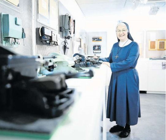 Schwester Boriska Winiger, die viele Jahre an der Schule gearbeitet hat, konzipierte auch die Ausstellung im Zentrum Sonnenberg. (Bild Stefan Kaiser)