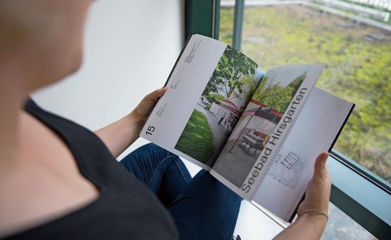 Das Buch «Bewahrt, erneuert, umgebaut» zeigt zeitgenössische Bilder und historische Pläne. (Bild Maria Schmid)