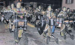 Rund 30 Gruppen beehrten am Samstagabend vor zahlreichen Zuschauern das Jubiläum der Dörflifasnacht mit einem Nachtumzug. Bild Kurt Kassel