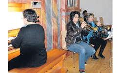Tina Bamert und Lotti Bamert konzertieren mit der Trompete, begleitet von Anna Bamert an der Orgel. Bild Paul Diethelm