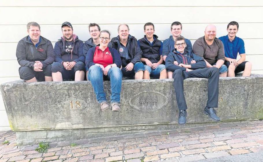 Kilian Staub (ganz links) und das OK der diesjährigen Edlibacher Fasnacht. (Bild PD)