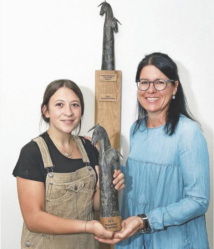 Künstlerin Maite Guisande Lopez (links) und Gemeindepräsidentin Renate Huwyler zeigen die Skulptur. (Bild Daniel Frischherz)