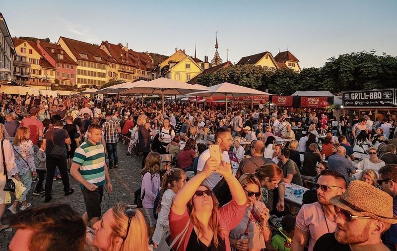 Das Zuger Seefest mit seinem spektakulären Feuerwerk zieht jeweils 20000 Gäste an. Dieses Jahr könnten es sogar noch mehr werden. (Bild Christian H. Hildebrand)