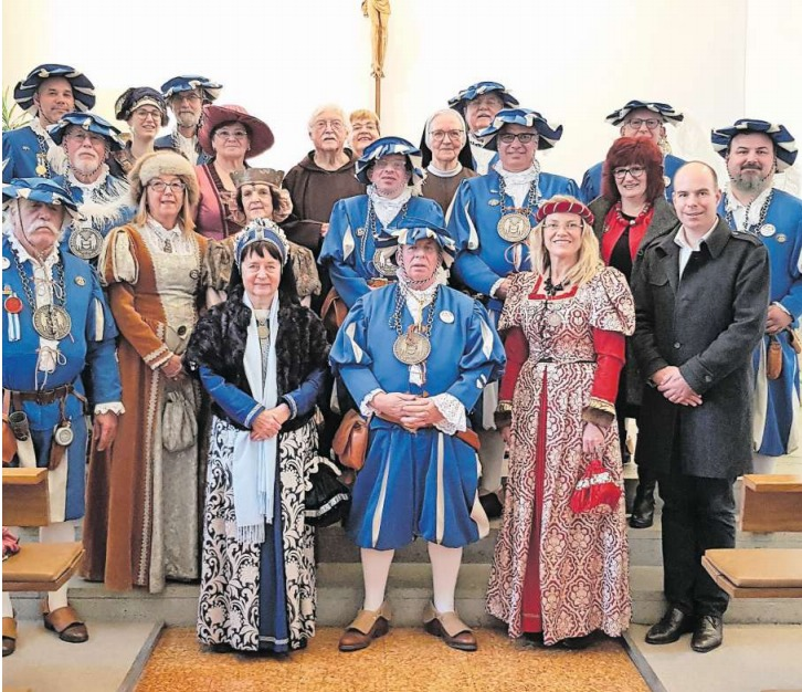Die illustre Gesellschaft in traditioneller Kleidung. (Bild PD)