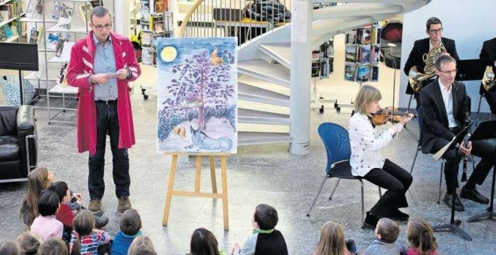 In der Bibliothek wurde letztes Jahr das Märchen «Bremer Stadtmusikanten» mit der Stadtmusik erzählt. (Bild Maria Schmid)