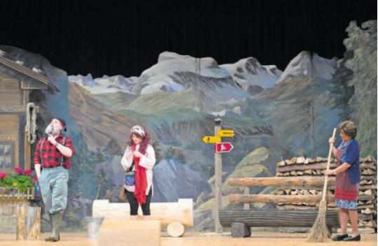 Auf Sepplis Alp geht's bald rund, als unerwartete Gäste auftauchen. Die Theatergruppe Neuheim feiert mit dem Stück «Älplerläbe» ihr 50-Jahr-Jubiläum. (Bild Maria Schmid)