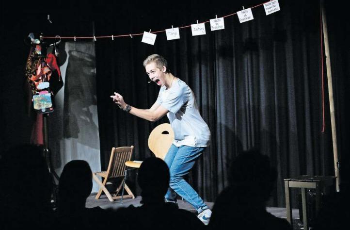 Michael Bumbacher zeigte in der Rathaus-Schüür in Baar seine Comedyshow «Churz und Mündig». (Bild Stefan Kaiser)