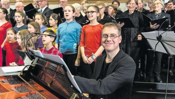 Der Komponist Martin Völlinger selbst begleitete das Konzert am Flügel. (Bild Andreas Busslinger)