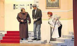 Scheuer Gast: (von links) Bruder Karl (Pius Reichmuth) bemustert Moritz Meise (Andy Holdener), der im Krippenspiel den Josef spielen möchte. Klosterhaushälterin Rosa Schramm (Priska Reichmuth) lauscht gespannt. Bild Christoph Jud