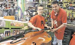 Werkstatt für Bassgeigen: Mark Schuler (mit Sohn Florian) repariert ein solches Instrument. Bild Ernst Immoos