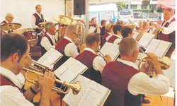 Toni Gräzer wird am Unterhaltungsabend vom 28. Januar 2017 nach 17-jähriger Tätigkeit als Dirigent sein Abschiedskonzert bei der MG Oberiberg geben. Bilder Konrad Schuler
