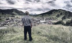 Eindrückliche Bilder: Fotograf Philipp Betschart setzt die Schwinger (im Bild Koni Schuler) gekonnt in Szene. Bild aus «Ein Dorf schwingt mit»