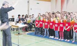 Fleissig und mit viel Motivation probten die Bennauer Schüler und die Feldmusik Bennau zum ersten Mal für ihr Musiktheater. Bild zvg