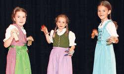 Trio Trachtenmeitli: Die drei 7-jährigen Mädels Annett Dubacher (von links), Sarina Wehrle und Alisa Trummer holten sich bei ihrem Vortrag ein «sehr gut». Bild Christoph Jud