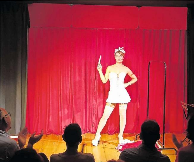Am Primavera-Festival gab es in der Zuger Altstadt neben viel Musik auch das Burlesque Variété in den Räumlichkeiten des «Schabernack ... partout Variété». Hier mit Rosie Riot. (Bild PD)