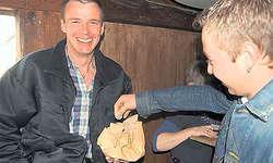 Ein neuer «Ankäsammler»: Oskar Betschart (links) zog nach der Sennengemeinde in Illgau bei Senntenbauern und Sennenfreunden den obligaten Fünfliber ein. (Bild: Guido Bürgler)