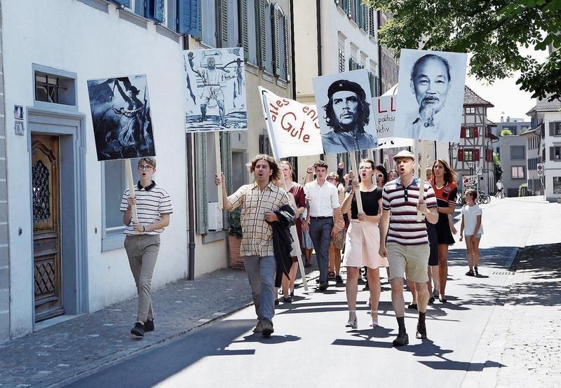 Die Demonstranten marschieren Parolen skandierend durch die Gasse. (Bild: Werner Schelbert)