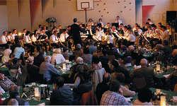 Traf mit ihrem für einmal «etwas anderen Konzert» den Geschmack der Zuschauer: Die Feldmusik Bennau beim Konzert in der Turnhalle. Foto: Franz Kälin