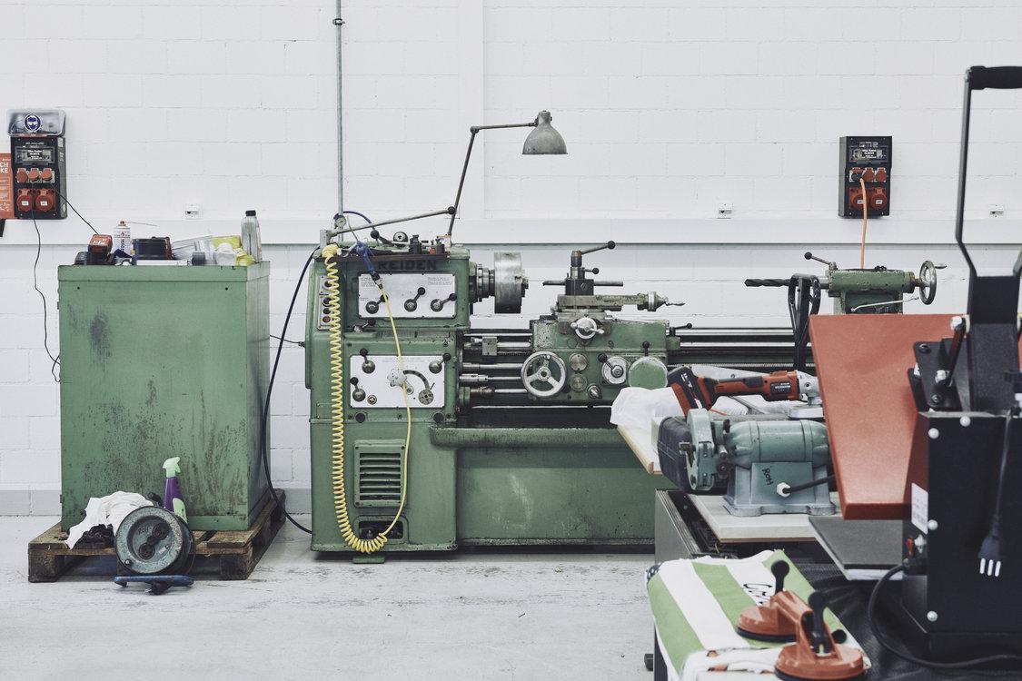 Nicht nur Laser und 3D-Drucker: Auch handfestere Maschinen gibts hier. Bild: Philippe Hubler.