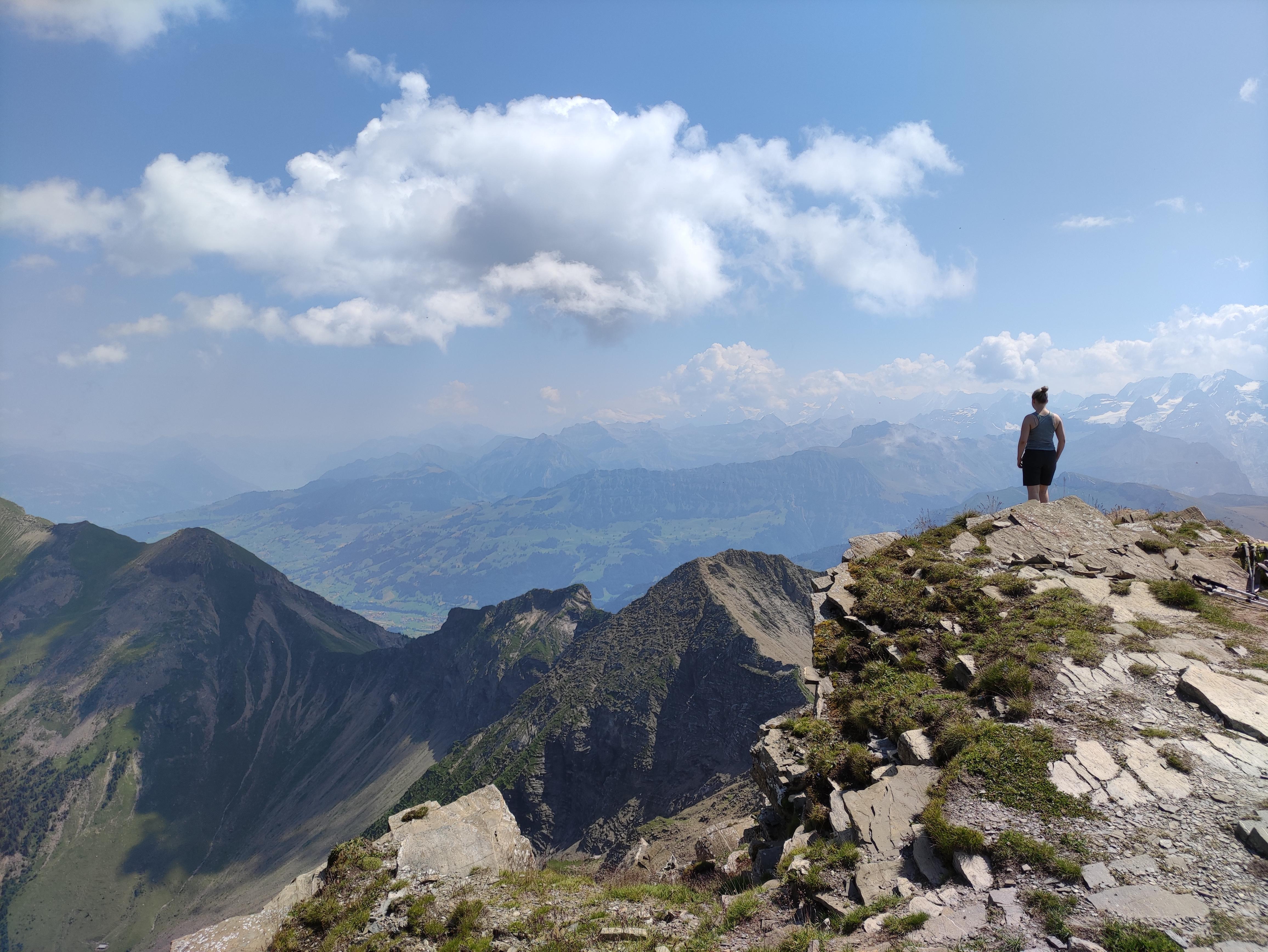 Wanderin auf dem Gipfel der Männlifluh