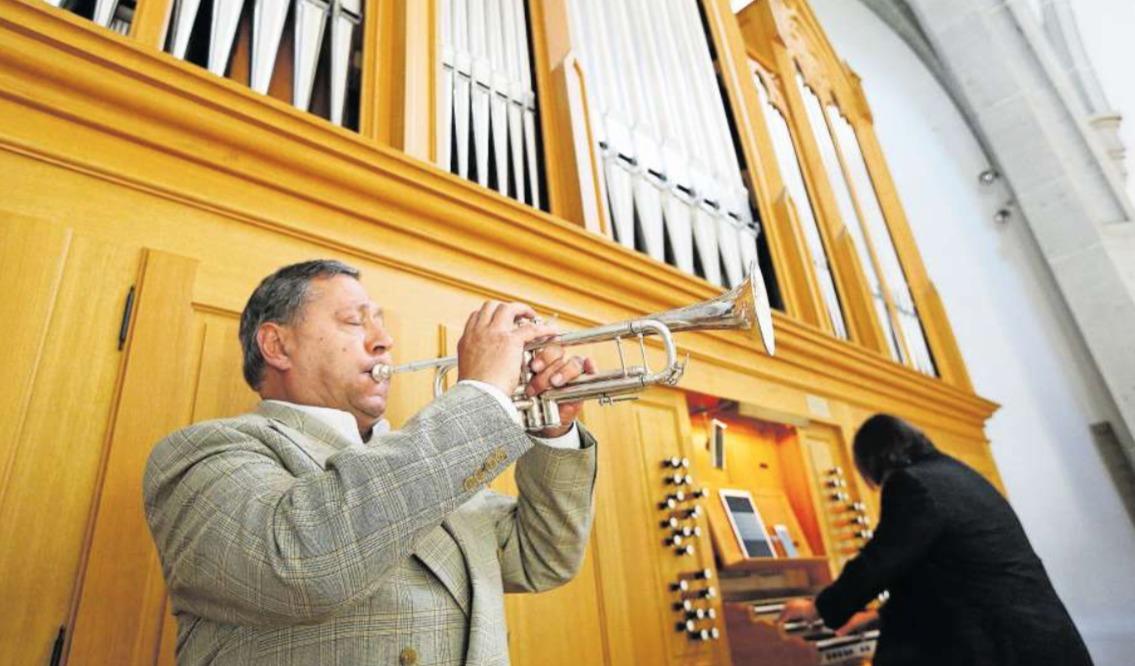 Herbert Christ (Trompete) und Dirk Raufeisen (Orgel) ziehen das Publikum in ihren Bann. (Bild Stefan Kaiser)