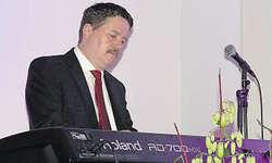 Paul Brandenberg in Aktion: Mit seiner tollen Musik liess er die Zuhörerinnen und Zuhörer träumen und entspannen. Bild Ruth Auf der Maur
