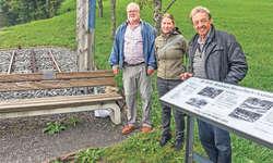In Anwesenheit von Gemeinderätin Claudia Hauser übergeben Mitglieder der Kulturkommission Franz Betschart (links) und Beat Amstad das bereicherteDenkmal. Bild: Ernst Immoos