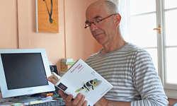 Bruno Heinzer mit seinem Roman «Fugu» in seinem Arbeitszimmer. Der Autor und Tierpark-Ranger lebt mitten in Arth. Bild Nicole Auf der Maur