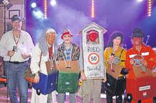 OKP Roland Betschart konnte der Gruppe «Blitzkasten Ried» zum Sieg in der Kategorie Gruppenmasken gratulieren. Bild Guido Bürgler