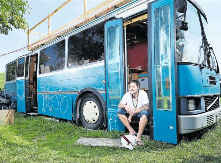 Dionys Jägers Sommerresidenz: Ein Bus, der vom Zuger Künstler Michel Kiwic umgebaut wurde. (Bild Stefan Kaiser)