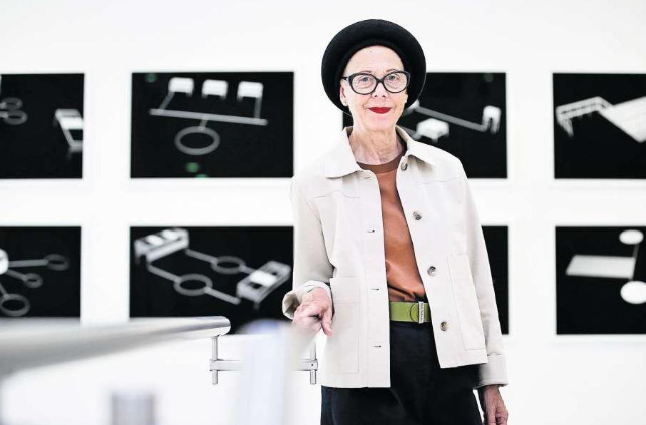 Ästhetik im Spital. Künstlerin Federica Gärtner führte durch ihre Ausstellung im Zuger Kantonsspital. (Bild Stefan Kaiser)