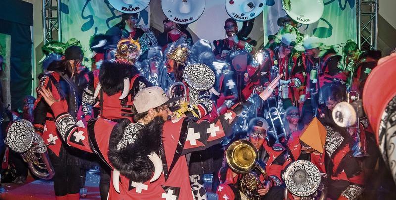 Zahlreiche Guggenmusiken belebten am Abend des schmutzigen Donnerstags die Zuger Altstadt. An verschiedenen Ecken waren sie zu hören. (Bild Christian H. Hildebrand)
