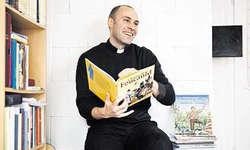 René Sager in seinem Pfarrhaus in Alpthal. Rechts ein Ausschnitt aus einem Comic über Bernadette von Lourdes. Bilder Manuela Jans/PD