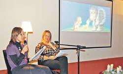 Lasen aus der Weihnachtsgeschichte «Die Sternenkinder» vor: Nadja Fleischmann und Gaby Sigrist von der Kulturkommission Galgenen. Bild Claudia Fischer