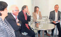 Katrin Odermatt (links) zeigte eines ihrer Werke und diskutierte mit Helmut Meier, Alfred Suter, Detta Kälin und Roland Heini. Bild Patrick Kenel