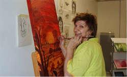 Früher hat sie Farbe ins Brot geknetet, heute kreiert sie bunte Bilder und Objekte: die Schindellegler Künstlerin und Maltherapeutin Romy Raveglia. Bild: www.romy-raveglia.ch