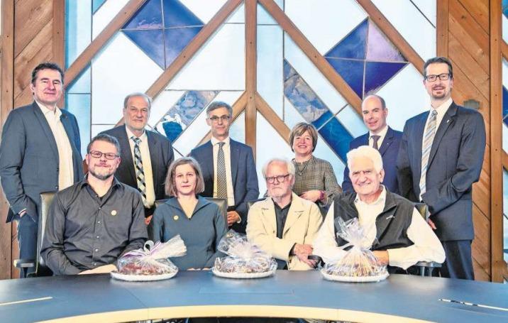 Der Zuger Stadtrat mit den Geehrten (von links, sitzend): Ueli Kleeb, Caroline Lötscher, Heiri Scherer und Josef Strickler. (Bild PD)
