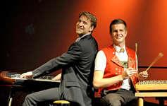 Einer der vielen Höhepunkte setzten Elias Bernet (links) und Nicolas Senn mit Piano und Hackbrett. Bild www.nicolassenn.ch