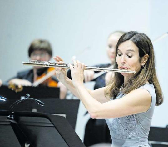 Franziska Kannewischer als Solistin in Mercadantes Flötenkonzert. (Bild Stefan Kaiser)