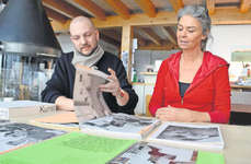 Matthias Gubler war für den gestalterischen Bereich des Zeitdokuments über die Galerie zuständig. Fränzi Amstad hat Zeitungsberichte, Fotos und Einladungen zu Vernissagen und Künstlerbiografien gesichtet und zusammengestellt. Bild: Silvia Camenzind