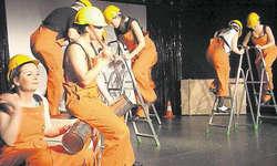 Rhythmische Baustelle: In diesem Showblock wurden Leitern und Büchsen in den Stepptanz eingebaut. Bild Patrick Kenel