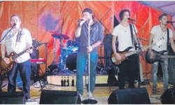 Während die Rockband Sarz im Festzelt so richtig einheizte, stand in der Aula heimelige Ländlermusik mit dem Trio Holdrio auf dem Programm. Bild Lara Steiner