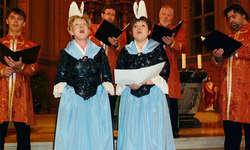 Die beiden Einsiedler Jodlerinnen Käthy Ruhstaller (links) und Pia Kälin umrahmt von den vier Sängern aus St. Petersburg. Foto: Martin Reichmuth