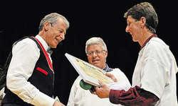 Gemeinderat Hubert Bürgler überreichte Beat Bürgler (links) den Kulturpreis der Gemeinde Illgau. In der Mitte freut sich Kulturkommissionspräsident Stefan Bürgler. Bild Guido Bürgler
