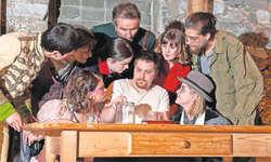 Der arme Soldat Woyzeck (Lukas Meyer) wird von seinem Umfeld bedrängt. Das Büchner-Stück der Theaterleute Küssnacht im Mostkeller in Merlischachen ist ein bildstarkes Ereignis. Bild: Roger Harrison