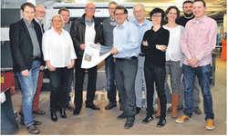 Die Beteiligten des Wollerauer Jubiläumsbuchs – von den Autoren über die Grafikerin und den Fotografen bis zum Auftraggeber, Gemeindepräsident Ueli Metzger (Fünfter von links) – statteten der Theiler Druck AG in Wollerau zum Druckstart einen Besuc