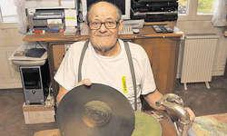 Martin Schibig, Ibach: Das Grammofon hat längst ausgedient. Gummi überspielt die uralte Schallplatten-Volksmusik in seinem Tonstudio (Hintergrund) auf CDs. Bild Ernst Immoos