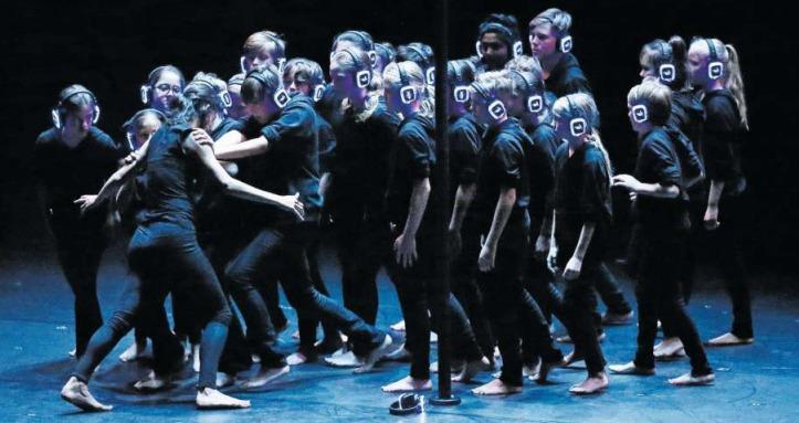 Schüler zeigten im Theater Casino die Tanzaufführung «Cloud» zur Eröffnung des Tanzfestivals. (Bild Stefan Kaiser)