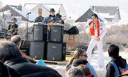 Perfekt: Der King of Rock'n'Roll, alias René Wettstein, heizte am Samstag in Oberiberg ein. (Bild: Christine Hubli)