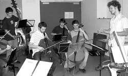 Der Neu-Dirigent Raphael Honegger aus Schindellegi hat sein Orchester bei den Proben fest im Griff. Bild zvg